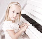 Petite fille au piano — Photo