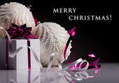 Bolas de navidad y caja de regalo — Foto de Stock