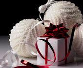 Bola de Navidad y caja de regalo — Foto de Stock