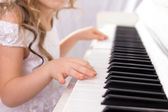 Petite fille jouant au piano — Photo