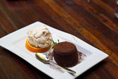 Torta al cioccolato con gelato. — Foto Stock