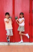 Jongen meisje en deur — Stockfoto
