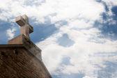 Kamenný kříž v slunečním světle — Stock fotografie