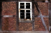 Old broken window in the wall of old house — Stock fotografie