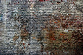 The old dilapidated brick wall — 图库照片