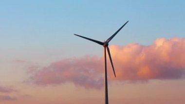 Een windturbine tegen hemel en zonsondergang — Stockvideo