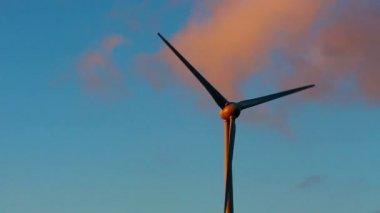 Windturbine tegen hemel en zonsondergang — Stockvideo