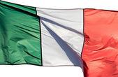 Italiaanse vlag in de zon op witte achtergrond — Stockfoto