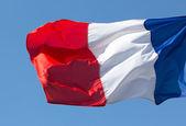 Bandeira da frança com o vento contra o céu azul — Foto Stock