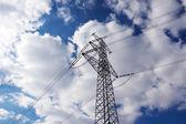 Pilão de eletricidade contra o céu azul — Foto Stock