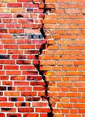 фоне кирпичной стены с трещиной — Стоковое фото