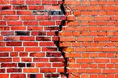 Fondo de una pared de ladrillo con crack — Foto de Stock