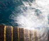 Stentrappa vikande i havet — Stockfoto