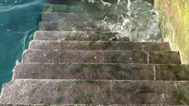 A stone staircase receding into the sea — Stock Video