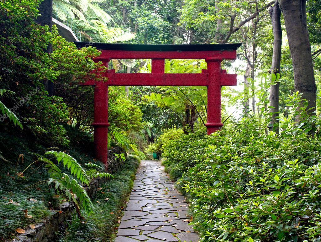 portail torii japonais et la voie de pierre dans le jardin zen photographie wlad74 30220617. Black Bedroom Furniture Sets. Home Design Ideas