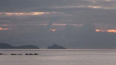 Akşam deniz ve deniz feneri uzaktan — Stok video