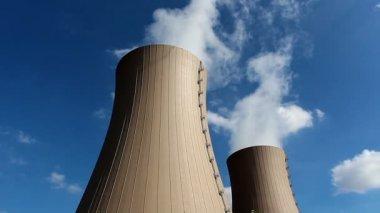 青い空を背景に原子力発電所の冷却塔 — ストックビデオ
