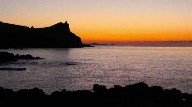 Kameny na moře a západ slunce — Stock video