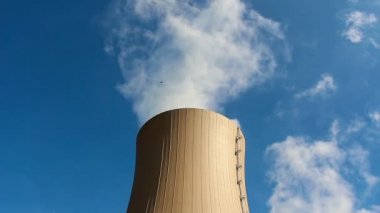 Cooling tower of nuclear power plant against blue sky — Vídeo de stock