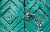 Fragment van oude en bouwvallige deuren — Stockfoto