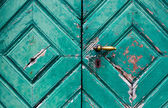 Fragmento de la vieja y destartaladas puertas — Foto de Stock