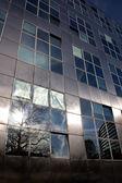 Reflet du soleil dans l'architecture métallique moderne — Photo