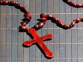Wooden cross on bamboo mat — 图库照片