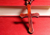 Christian cross on red book — 图库照片