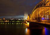 Köprü nehri üzerinde ren köln katedrali, gece karşı — Stok fotoğraf