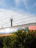 Pasar el tren en la luz del sol — Foto de Stock
