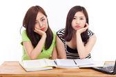 Dois asiática jovem tendo problemas em cima da mesa. — Fotografia Stock
