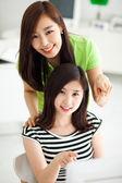 Twee aziatische jonge vrouw met behulp van computer. — Stockfoto