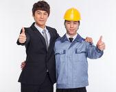 Asiatiska affärsman och ingenjör visar tummen. — Stockfoto