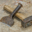 Mallet and chisel on sandstone slab — Foto Stock #14551503