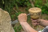 雕刻家在石雕上工作 — 图库照片
