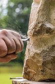 Rzeźbiarz pracujący na kamienne rzeźby — Zdjęcie stockowe