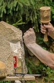 Escultor trabajando en una escultura de piedra — Foto de Stock