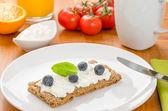 Knäckebröd met roomkaas en bosbessen op een ontbijttafel — Stockfoto