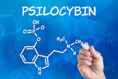 Hand met pen tekening de chemische formule van psilocybine — Stockfoto