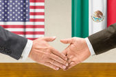 Representatives of the USA and Mexico shake hands — Stock Photo