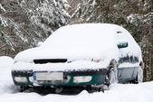 Schnee bedeckte auto — Stockfoto