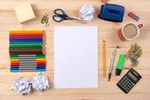 Escritorio con la hoja de papel y artículos de papelería objetos — Foto de Stock