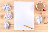 Blatt papier auf dem schreibtisch — Stockfoto