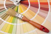 La paleta de colores y un pincel — Foto de Stock