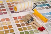 Borstels en een verfroller op kleurenpalet — Foto de Stock