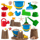 Plaj oyuncakları ve beyaz arka plan üzerinde izole kumdan kaleler — Stok fotoğraf