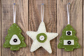Christmas decoration hanging on wooden board — Stockfoto