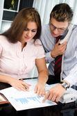 Jonge zakenman en secretaris praten over de telefoon — Stockfoto