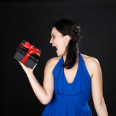 Beautiful young woman screaming at gift box — Stok fotoğraf