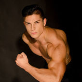 Muscular man showing his muscles — Stock Photo
